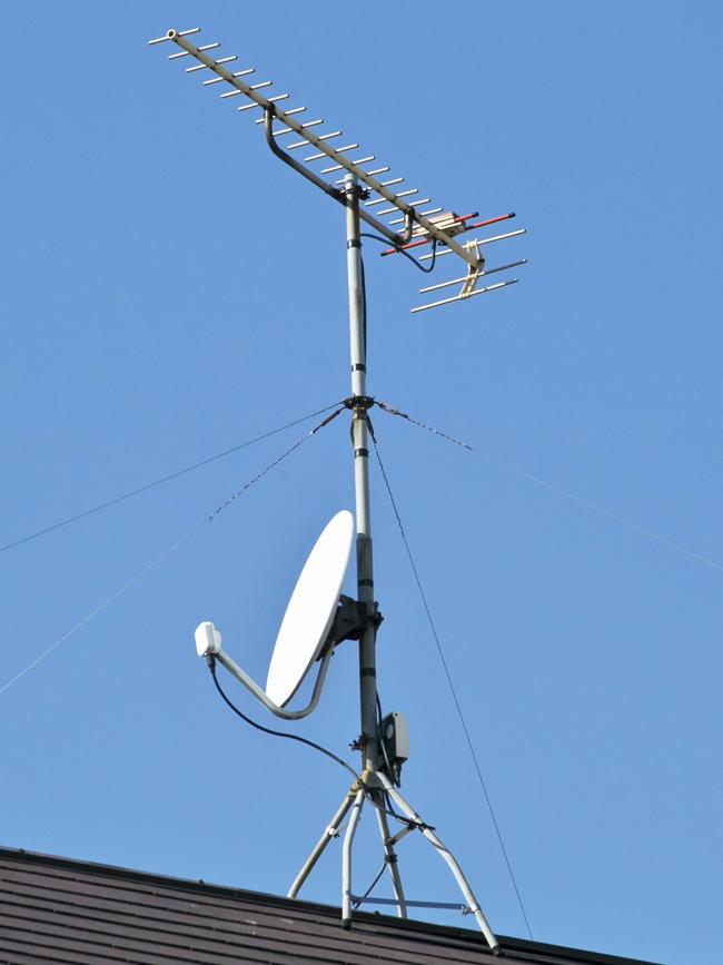 地上デジタルアンテナ1方向(UHF)、BSアンテナ屋根馬設置